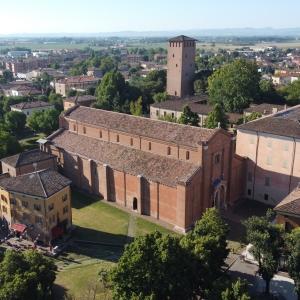Visita guidata serale seguendo le epigrafi della basilica e del lapidario dell'Abbazia